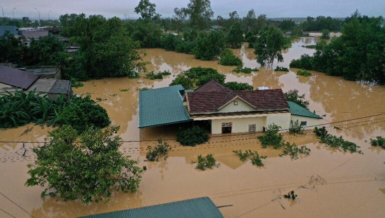 Συνεχίζονται οι καταστροφικές πλημμύρες στο Βιετνάμ. Συγκλονιστικά βίντεο!
