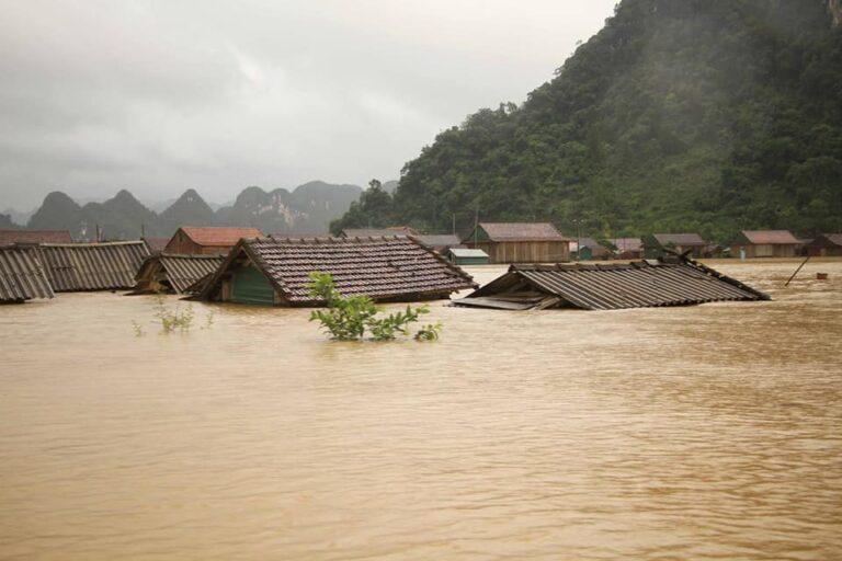 Το Βιετνάμ βιώνει απο τις μεγαλύτερες πλημμύρες της ιστορίας του! Θλιβερές εικόνες.