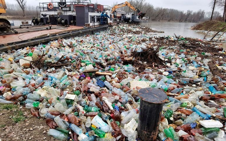 Ποτάμια εισαγόμενου πλαστικού από τις πλημμύρες στην Ουγγαρία